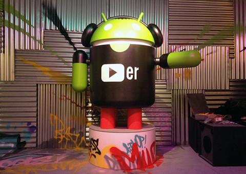 Fotografía del stand de Android en el MWC de Barcelona donde aparece Andy y varios graffitis