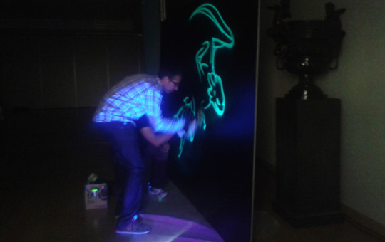 Graffiti luminiscente en directo con colores fluorescentes